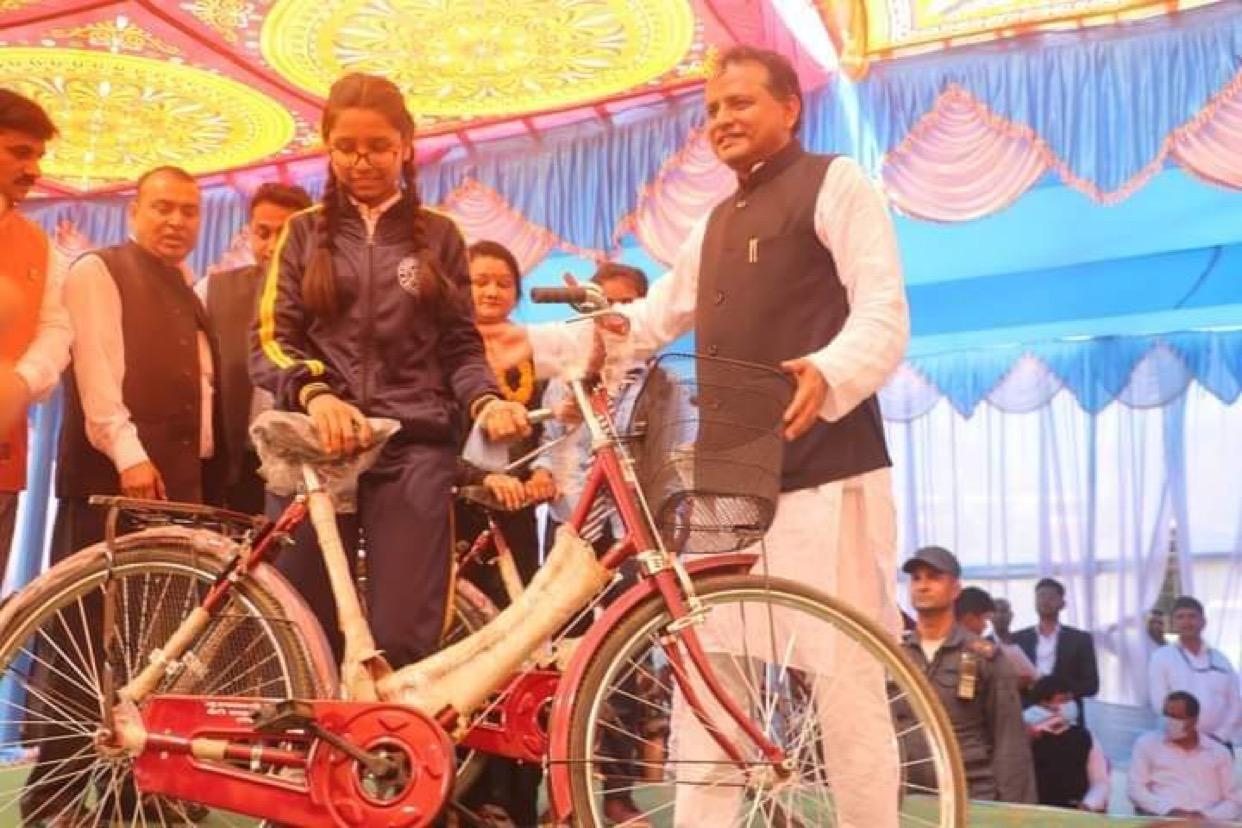 नारी दिवसमा प्रदेश २ सरकारले बाँड्यो १५ सय छात्रालाई साइकल